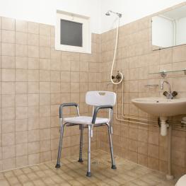 Homcom® Taburete Baño Regulable Para Ducha Color Blanco Carga 135 Kg  - 46,5X54.2X72,5-85 Cm  - Color: Blanco y Plata